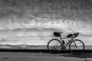 Find the best saddle bag for your road bike here with our in-depth review. Photo shows a road bike complete with saddlebag,leaning against a wall.